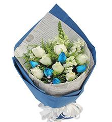 蓝色魅力:5枝蓝色妖姬(昆明产),7枝白色玫瑰