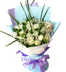 与你在一起:19枝白玫瑰,1只五寸小熊