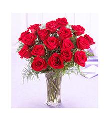 瓶插花:18枝长柄红玫瑰,配适量绿叶