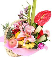 喜气(水果花篮):粉香水百合、红掌、红扶郎、康乃馨等花材;菠萝、橙子、红富士苹果、香蕉等时令水果