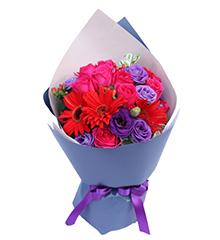 生如夏花:11枝桃红色玫瑰,红色扶郎4枝,紫色桔梗3-5枝,红豆、绿色配叶适量