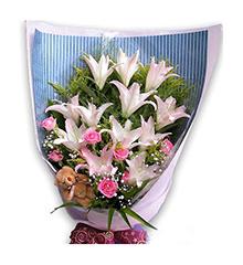 气质佳人:马可波罗百合(或白香水百合)12朵,粉玫瑰9朵,5寸小熊一只