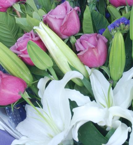 迷恋:11枝紫玫瑰,2枝多头白香水百合
