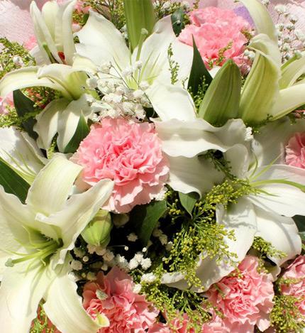 母爱深深:康乃馨香水百合花束